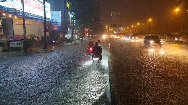 Đường Nguyễn Hữu Cảnh ngập nặng, xe chết máy la liệt