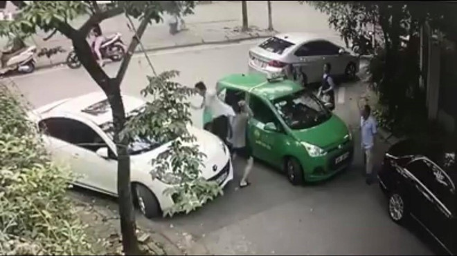 Khoi to vu tai xe taxi bi lai xe Mercedes danh chay mau dau hinh anh 1