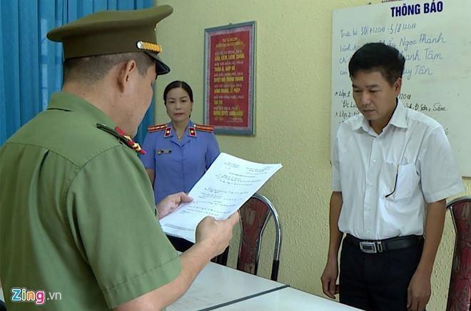 Phó giám đốc Sở GD&ĐT tỉnh Sơn La Trần Xuân Yến (áo trắng) bị cáo buộc nâng điểm cho 13 thí sinh. Ảnh: Hoàng Minh.