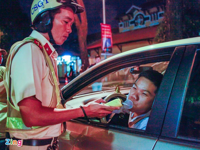 'Duoc thoi may do lan 2 de chung minh khong uong ruou, bia' hinh anh 1 HD_KiemTraNongDoCon_5_zing.jpg