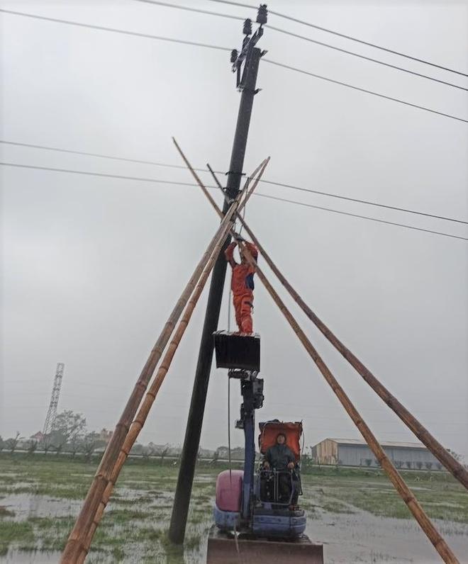 Mùng 1 Tết, nhiều nơi ở miền Bắc mất điện do mưa đá