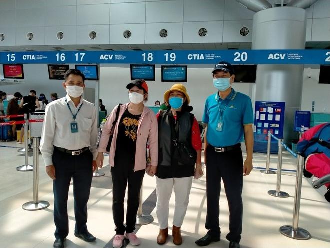 Vietnam Airlines hoan tat hanh trinh cho 600 khach bi cach ly hinh anh 1 Anh_1_Cac_hanh_khach_the_hien_tam_trang_phan_khoi_khi_bay_tro_ve.jpg