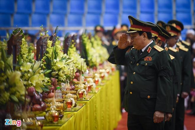 Đại tướng Lương Cường chào vĩnh biệt các liệt sĩ. Ảnh:Việt Hùng.