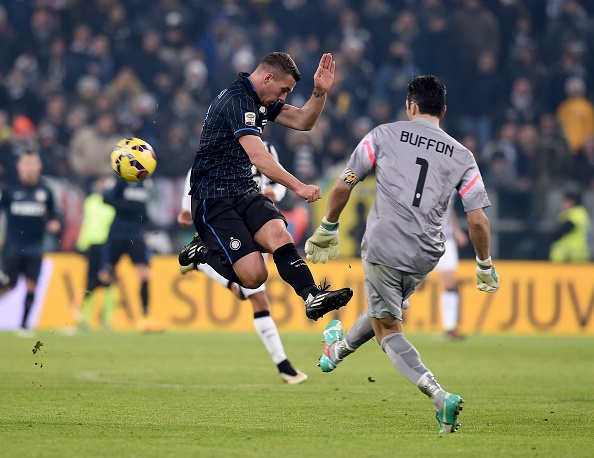 Man trinh dien cua  Lukas Podolski truoc Juventus hinh anh