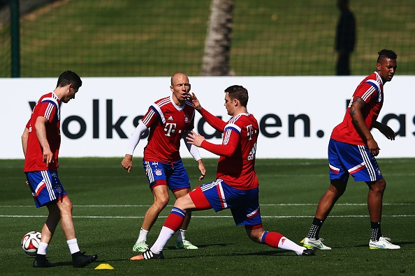 Cau thu Bayern choi tennis tren san tap hinh anh