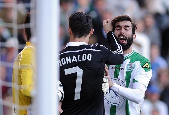 Hai tinh huong danh nguoi tho bao cua Ronaldo hinh anh