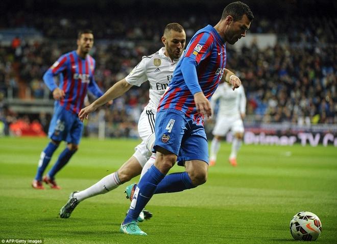 Gareth Bale lap cu dup, Real bam sat Barcelona hinh anh 6 Benzema cũng là một cái tên đáng chú ý trong trận đáu vừa qua, tiền đạo số 9 có 1 lần đưa bóng vào lưới đội khách, tuy nhiên bàn thắng không được công nhận do lỗi việt vị.