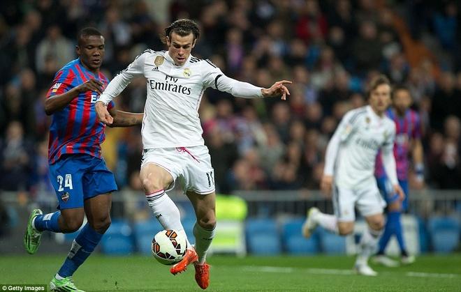 Gareth Bale lap cu dup, Real bam sat Barcelona hinh anh 9 Như giải tỏa được áp lực, cầu thủ đắt giá nhất thế giới chơi càng hay, anh hoàn tất cú đúp sau pha lập công ở phút 40.