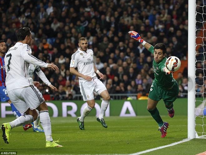 Gareth Bale lap cu dup, Real bam sat Barcelona hinh anh 5 Cầu thủ người Bồ Đào Nha có ít nhất 2 tình huống bỏ lỡ cơ hội mười mươi.