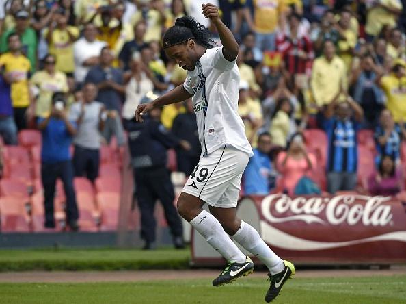 Ronaldinho lap cu dup giup doi nha thang dam hinh anh