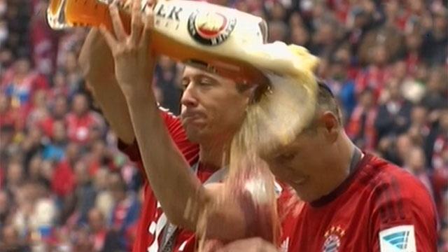 Cau thu Bayern tam bia an mung chuc vo dich hinh anh