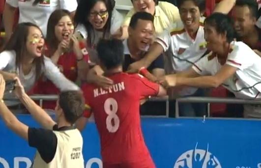 Cau thu Myanmar chay doc san, khoc nuc sau tran thang U23 VN hinh anh