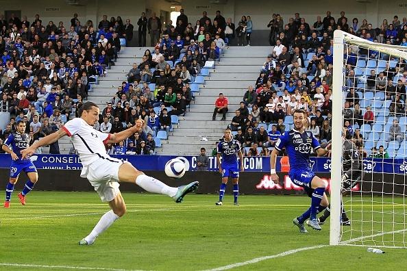 Ibrahimovic lap cu dup giup PSG vuot qua Bastia 2-0 hinh anh