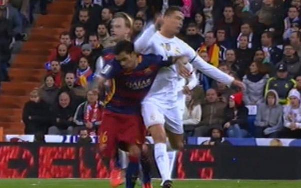 Ronaldo thuc cui cho vao dau Dani Alves hinh anh