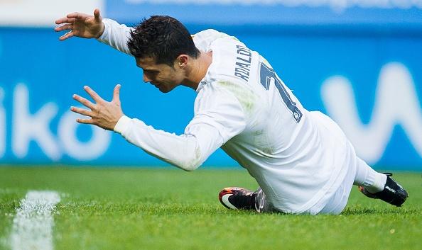 Ronaldo lien tiep doi huong penalty hinh anh