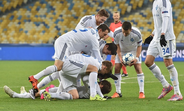 Dynamo Kyiv cung Chelsea vao vong knock-out hinh anh
