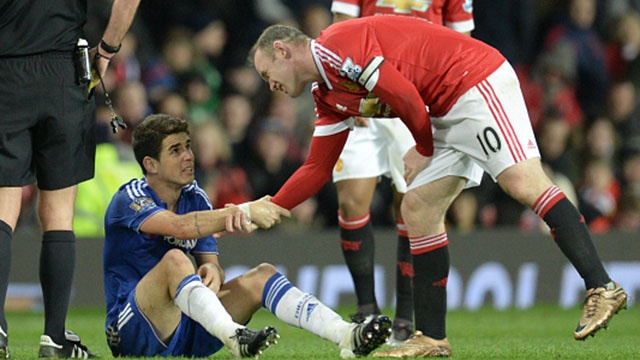 Pha vao bong nguy hiem cua Rooney voi Oscar hinh anh