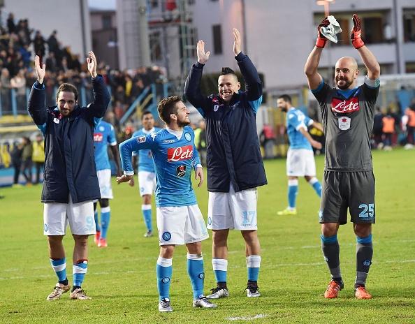 Napoli len ngoi dau sau chien thang 5-1 hinh anh