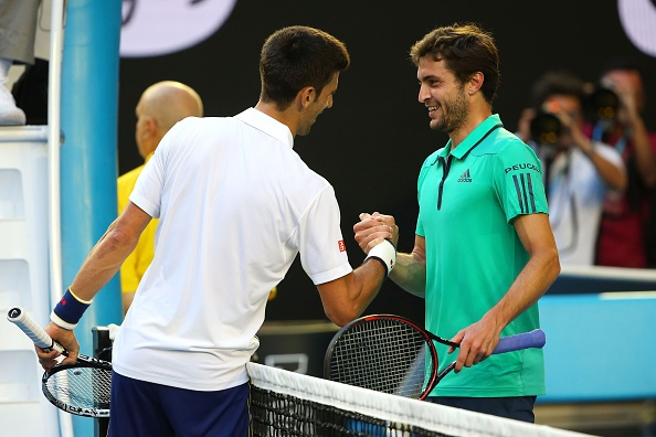 Novak Djokovic vo tay tan thuong cu danh cua Gilles Simon hinh anh