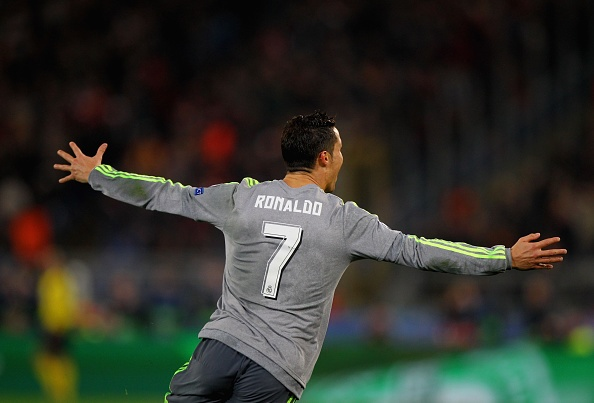 Pha xu ly va ghi ban dang cap cua Ronaldo hinh anh