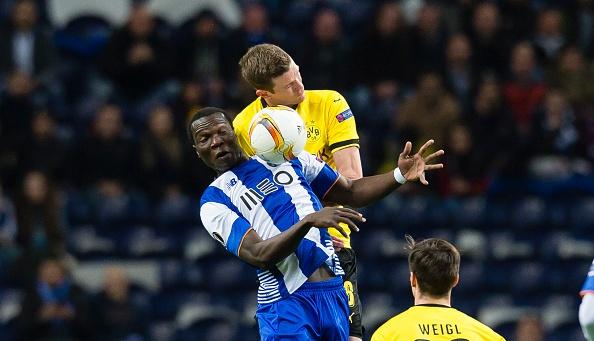 Pha phan luoi nha cua thu mon Casillas truoc Dortmund hinh anh