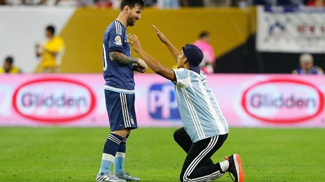 Video fan cuong quy lay xin chu ky Messi hinh anh