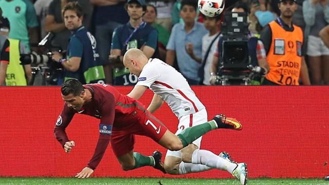 Tinh huong Ronaldo nga trong vong cam gay tranh cai hinh anh