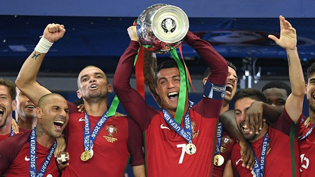 Khoanh khac nang cup vo dich cua Ronaldo va dong doi hinh anh