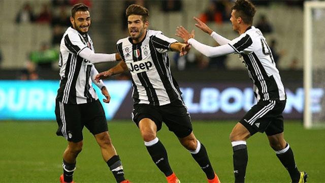 Pha ghi ban tu giua san cua cau thu Juventus hinh anh