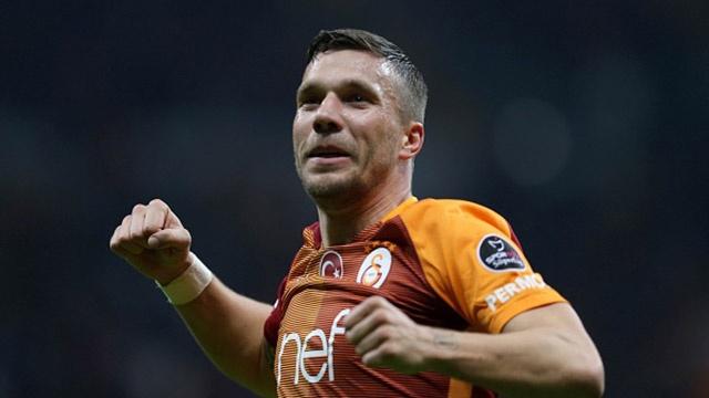 Podolski danh dau ghi ban dep mat o goc hep hinh anh