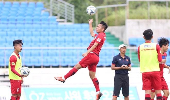 Busan FC va U22 Viet Nam khoi dong truoc tran dau hinh anh