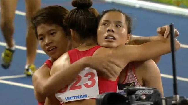 Nguyen Thi Huyen va dong doi gianh HCV tiep suc 4x400 m nu hinh anh