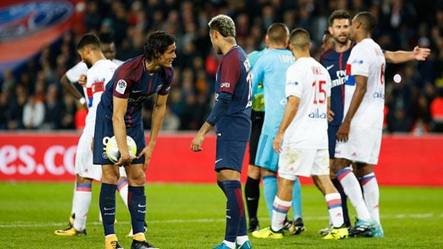 3 lan tranh chap sut phat giua Neymar vs Cavani hinh anh