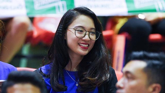 Hoa hau Thuy Linh cung dan sao xem derby Ha Noi hinh anh