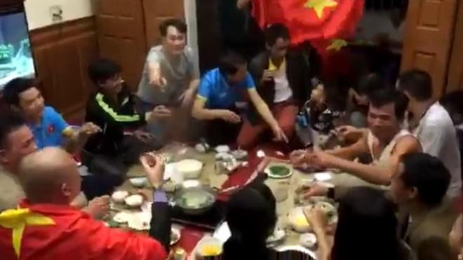 Gia dinh Quang Hai nang ly chuc mung U23 Viet Nam hinh anh