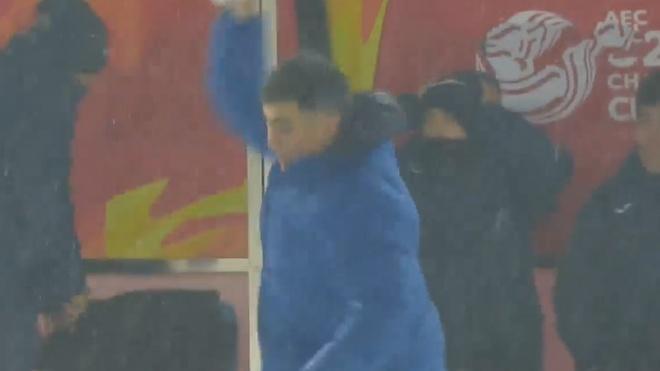 HLV Uzbekistan noi nong nem bong tuyet sau pha bo lo cua hoc tro hinh anh
