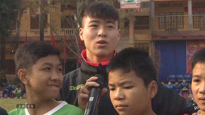 Cau thu U23 Viet Nam giao luu cung cac em hoc sinh hinh anh