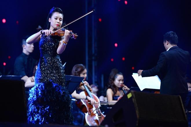 Hoang Thuy Linh toa sang tren san khau Gio mua hinh anh 4