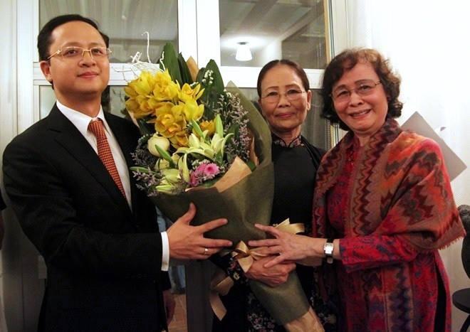 Tho Y Nhi la thong diep ve niem hanh phuc duoc song hinh anh 2 Người thân và bạn bè chúc mừng nhà thơ Ý Nhi nhận giải thưởng văn học uy tín của Thuỵ Điển.