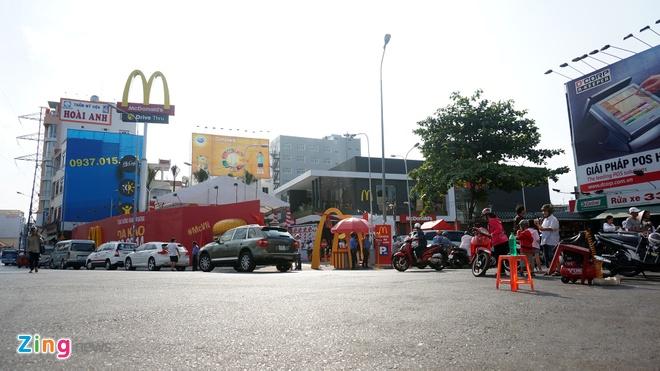 Ben trong cua hang McDonald's dau tien o VN sap khai truong hinh anh 1