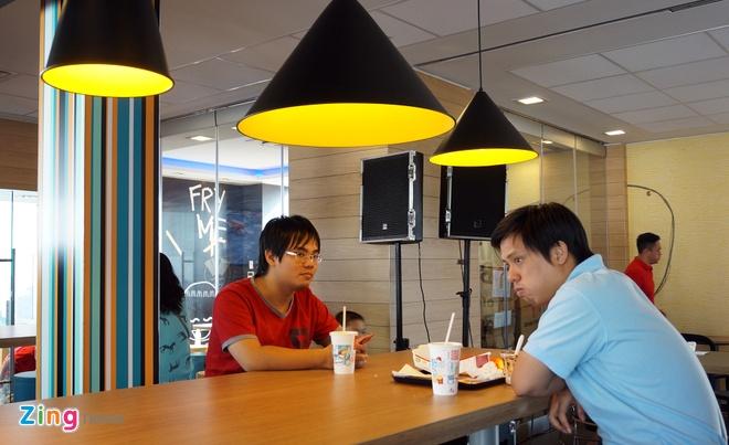 Ben trong cua hang McDonald's dau tien o VN sap khai truong hinh anh 9