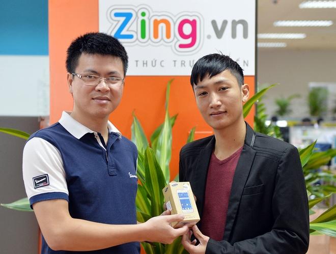 Binh chon smartphone tot nhat thang 11 de trung Lumia 730 hinh anh 2 Hai độc giả may mắn ở Quảng Ngãi (trên) và Hà Nội (dưới) giành giải thưởng là chiếc điện thoại Samsung Galaxy V khi tham gia bình chọn smartphone tốt nhất tháng 10.