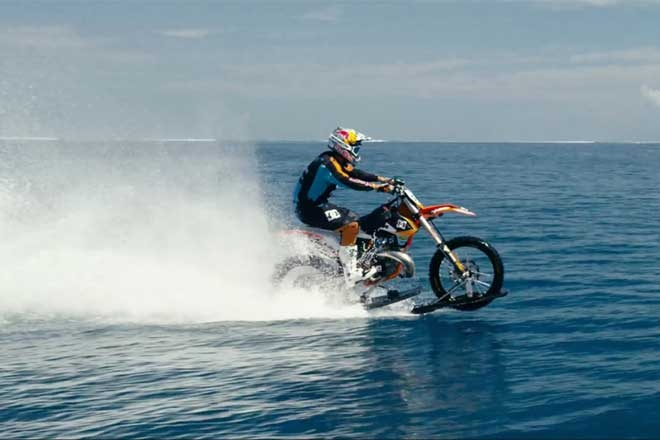 Robbie Maddison chay xe KTM tren nuoc hinh anh