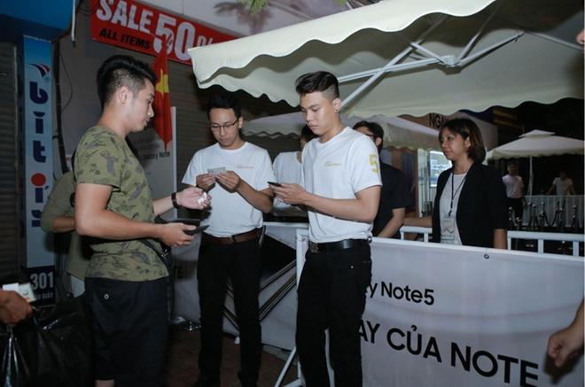 Xep hang truoc gan mot ngay de mua Galaxy Note 5 tai VN hinh anh 5 Tại Hà Nội, người đầu tiên đến xếp hàng mua Note 5 cũng được ghi nhận từ 11h trưa 28/8. Sau khi đội mưa chờ đợi, đến 3h sáng 29/8, Samsung bắt đầu phát phiếu cho 100 khách hàng đến sớm nhất. Tổng lượng người xếp hàng ở thời điểm đó lên tới hơn 150 người.