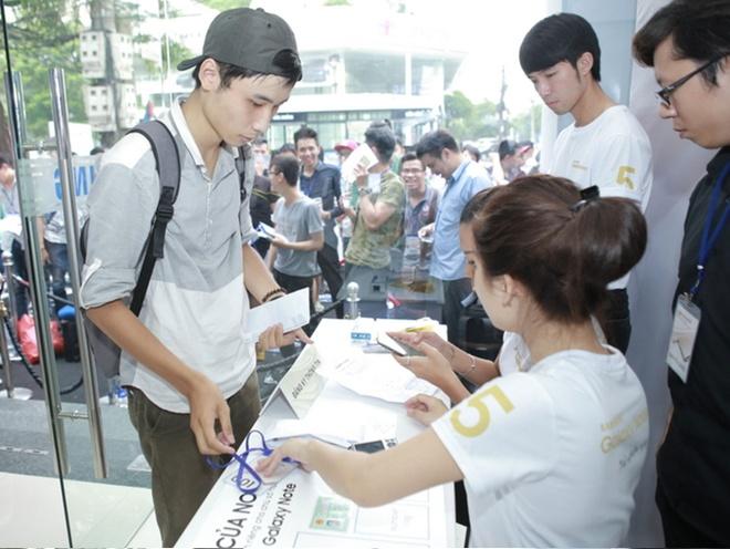 Xep hang truoc gan mot ngay de mua Galaxy Note 5 tai VN hinh anh 6 8h30, cửa hàng ở Hà Nội mở cửa. Nguyễn Hồng Quang - người xếp hàng từ 11h trưa 28/8 và có số thứ tự 001 cho biết, mức giảm giá hơn 5 triệu đồng - một số tiền lớn đối với sinh viên - là động lực khiến Quang  chờ đợi gần một ngày để được sở hữu Galaxy Note 5.