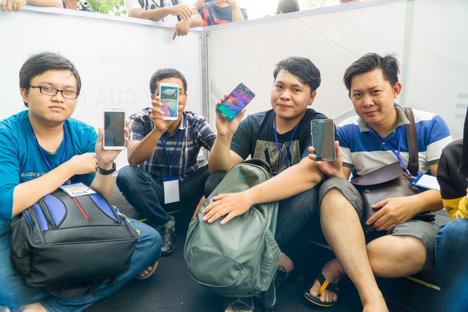 Xep hang truoc gan mot ngay de mua Galaxy Note 5 tai VN hinh anh