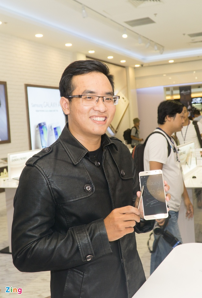 Xep hang truoc gan mot ngay de mua Galaxy Note 5 tai VN hinh anh 10