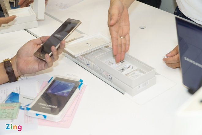 Xep hang truoc gan mot ngay de mua Galaxy Note 5 tai VN hinh anh 12