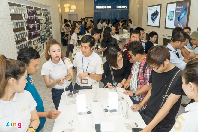 Xep hang truoc gan mot ngay de mua Galaxy Note 5 tai VN hinh anh 13