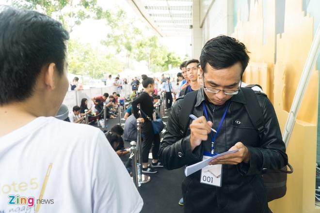 Xep hang truoc gan mot ngay de mua Galaxy Note 5 tai VN hinh anh 1 Trần Thiện Sang, ngụ huyện Bình Chánh, TP HCM, là người đầu tiên có mặt tại đây. Sang cho biết, anh đã đến từ 11 giờ trưa ngày 28/8 (hơn 24 tiếng trước giờ bán) để lấy được số thứ tự 001.